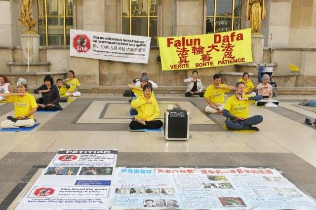 在巴黎鐵塔對面的人權廣場上,法輪功學員正在煉第五套功法。(記者關宇寧/攝影)