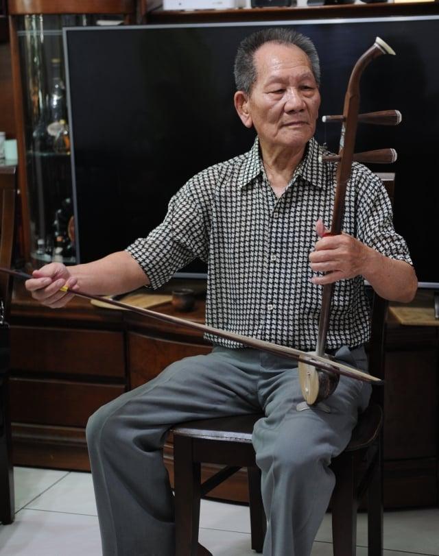 國寶級藝師林竹岸演奏殼仔弦。林竹岸精熟歌仔戲後場音樂演奏、精通各種後場樂器。