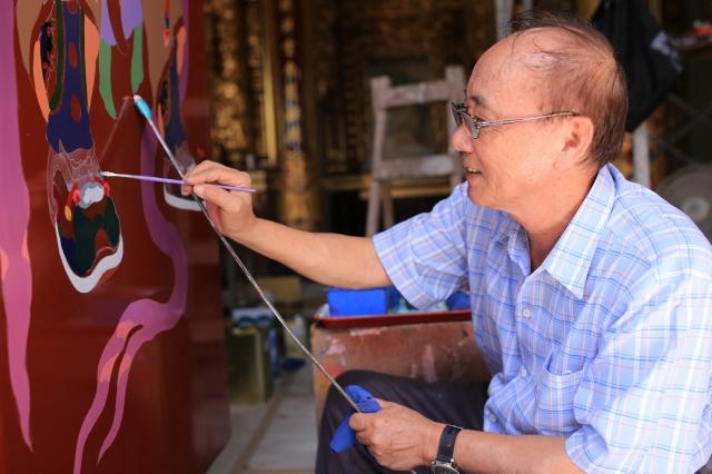 國寶級藝師洪平順彩繪門神,在台灣傳統建築彩繪領域具舉足輕重的地位。(洪平順提供)