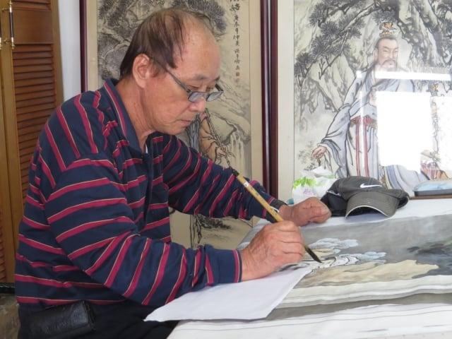 國寶級藝師洪平順描繪傳統歷史人物。