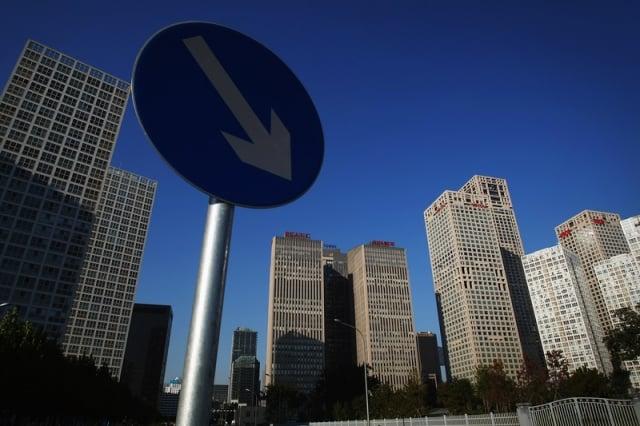 專家表示,若大陸明年經濟成長率面臨「保6」危機,則房市泡沫很可能破掉。圖為示意照。(AFP)