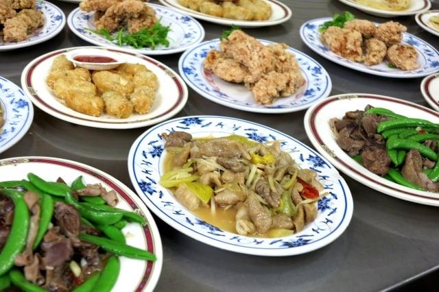 金山老街的鴨肉攤位,除了鴨肉還有其他菜色,排放在攤位餐桌平台上,客人不用找菜單點菜,看見喜歡的菜就可以端走。
