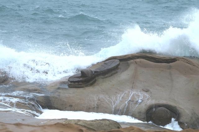 野柳奇石--仙女鞋,像遺落在驚濤駭浪裡的一隻再也找不回來的鞋子。