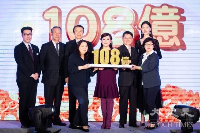 遠東SOGO百貨檔期將於11月8日登場,董事長黃晴雯(前右3)表示,今年力拚全台7店、為期12天的業績上看新台幣108億元。(記者陳柏州/攝影)