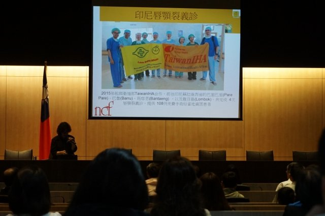 羅慧夫顱顏基金會執行長王金英26日分享,台灣醫療人道協助印尼小朋友唇顎重建。