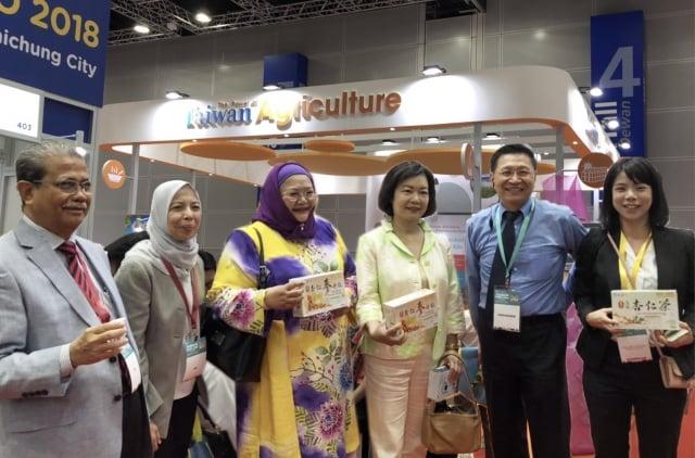 駐馬來西亞台北經濟文化辦事處代表洪慧珠(右3)及馬來西亞貿工部總司長Datuk Bahria Mohd Tamil(左3)與開幕貴賓參觀台灣農業形象區。(農委會提供)