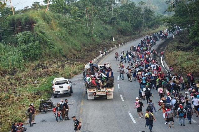 主要來自宏都拉斯、數以千計的中美洲移民試圖進入美國。圖2018年10月24日,人龍走在墨西哥的公路上。(JOHAN ORDONEZ/Getty Images)