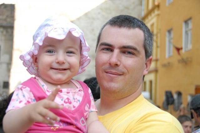 庫奇(Kuki Szabolcs)和女兒2010年合照。(明慧網)