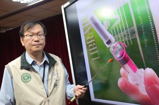衛福部疾管署副署長莊人祥29日說,高雄市衛生局27日通報1劑國光生產的疫苗內有白色懸浮物。(中央社)