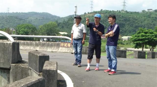 第一河川局與營建廠商針對安農溪畔橋下自行車道工程施工前勘察。(攝影/李光輝)