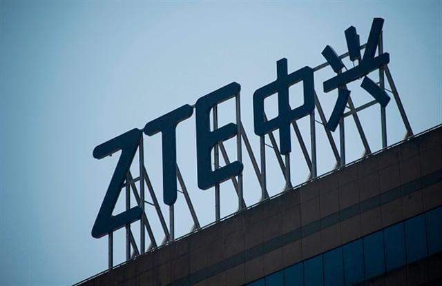 今年稍早,華府勒令中興通訊(ZTE)7年不得向美國供應商採購零件。(JOHANNES EISELE/AFP/Getty Images)