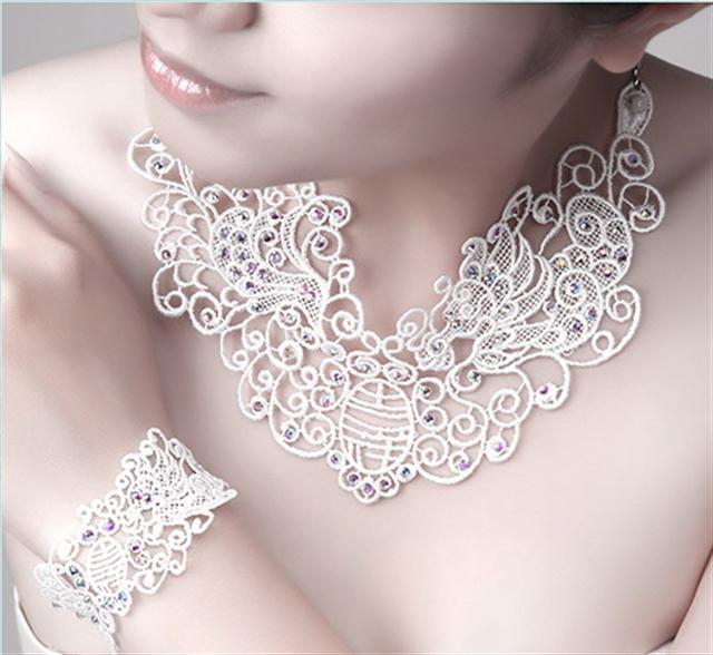 蕾絲縫上珠飾亦能釋放負離子,龍鳳吉祥(項鍊+手鍊)質感細緻,氣質非凡。  (天昌服飾提供)
