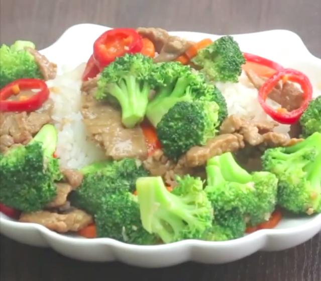 「青花椰菜炒牛肉」是一道經典的中式家常菜。(攝影/新唐人電視台)