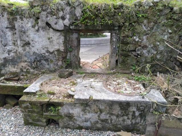 百年石屋內的石砌爐灶。(攝影/朱孝貞)