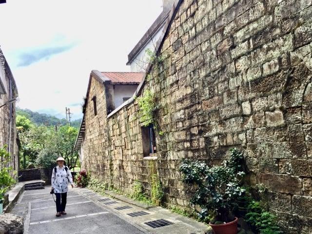 雙溪老街的百年石屋。(攝影/朱孝貞)