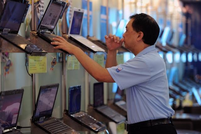 微軟亞洲區新購電腦掃描測試報告顯示,來自亞洲9個市場,包括印度、印尼、韓國、馬來西亞、菲律賓、新加坡、台灣、泰國、越南等受測樣本中,83%的新電腦裝有盜版軟體。(SAM YEH/AFP/Getty Images)