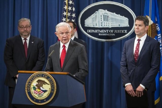 美國司法部長塞申斯(前)11月1日宣布成立專案小組,打擊中共經濟間諜活動。(Getty Images)