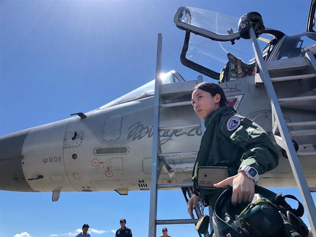 空軍18日在台東基地對外介紹3型主力戰機首批女性飛行員,圖為幻象2000上尉飛行官蔣青樺。(中央社)