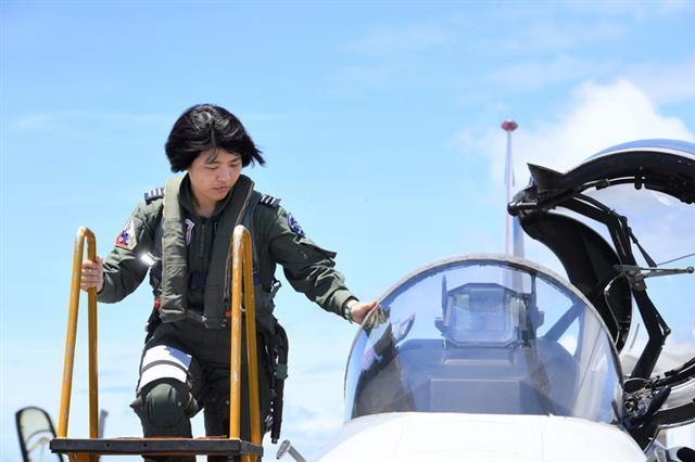 空軍18日在台東基地對外介紹3型主力戰機首批女性飛行員,圖為IDF上尉飛行官范宜鈴完成任務下戰機。(中央社)