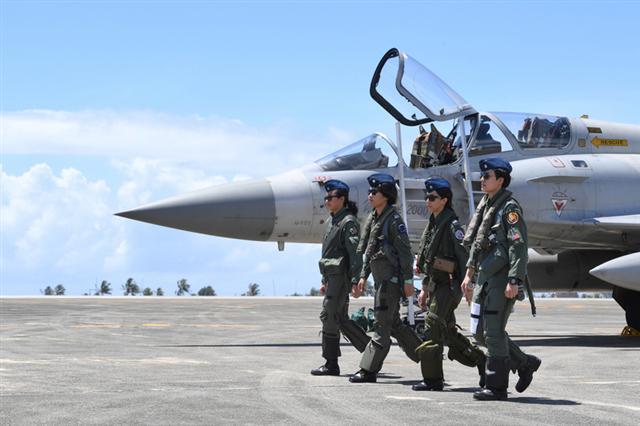空軍18日在台東基地對外介紹3型主力戰機首批女性飛行員,F-16上尉飛行官蔣惠宇(右起)、幻象2000上尉飛行官蔣青樺、IDF上尉飛行官范宜鈴與F-5中尉女飛官郭馨儀一字排開。(中央社)