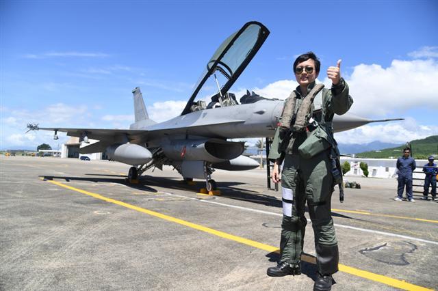 空軍三型主力戰機首批女性飛行員18日首度在台東志航基地公開亮相,空軍第四聯隊上尉蔣惠宇(圖)說,駕駛F-16讓她理解到「只要努力、堅持就能完成夢想」這句話,未來仍會持續訓練精進,除了挑戰自己,也能保護家園。(中央社)