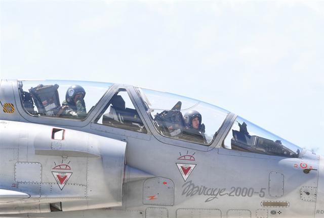 空軍18日在台東基地對外介紹3型主力戰機首批女性飛行員,圖中幻象2000戰機前座為女性上尉飛行官蔣青樺。(中央社)(中央社)