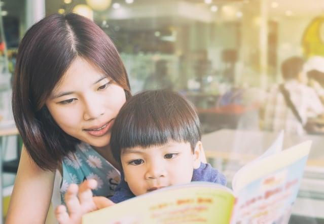 面對和緩解孩子焦慮,可以從讓孩子看一些兒童書籍開始。(Fotolia)