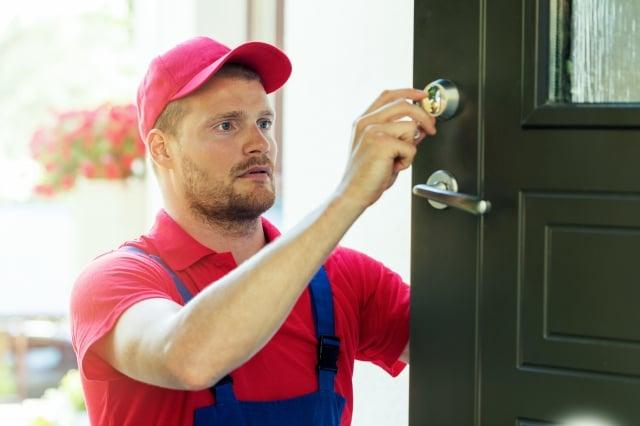 搬入公寓時可以更換所有外部門鎖。(123RF)
