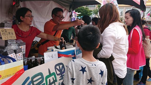 大出市集攤商來自冬山鄉得安家庭關懷協會與冬山文創。(記者陳祈心/攝影)