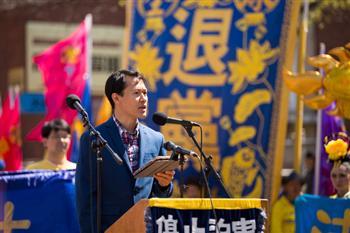 2016紐約紀念4.25法拉盛集會。圖為來自廣州的余春光先生在發言。(記者戴兵/攝影)