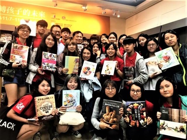 嶺東科大益品書展展示400本獨特的餐飲專書,引導學生親近閱讀。