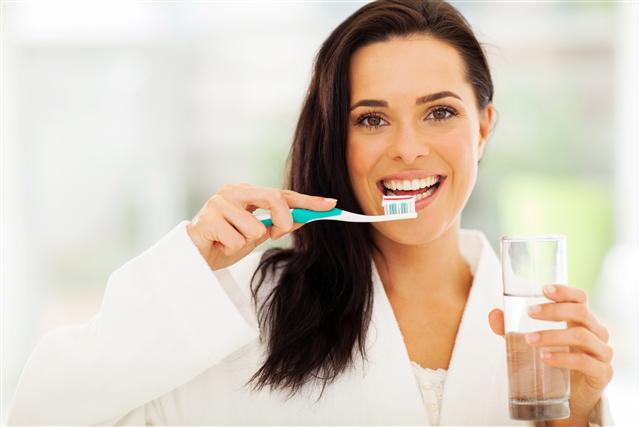 刷牙常見的迷思是「刷牙越用力越好」,牙醫表示,過於用力將會磨損琺瑯質,容易造成敏感性牙齒,甚至抽神經。(Fotolia)