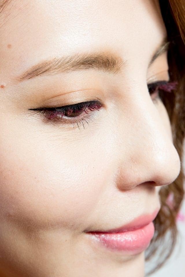 刷上莓果紫色睫毛膏,展現甜美眼神。