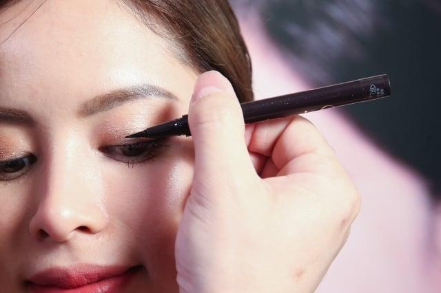 畫眼線防震關鍵就在拿筆方向要與眼線平行,然後用眼線液筆筆尖側面畫眼線。(品牌提供)