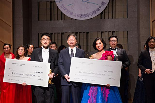 11月10日,新唐人電視台總裁唐忠(前排中)與第七屆「全世界華人美聲唱法聲樂大賽」比賽中獲得金獎的選手古韻(左)與盟盟(右)合影。金獎獎金為1萬美元。(戴兵/大紀元)