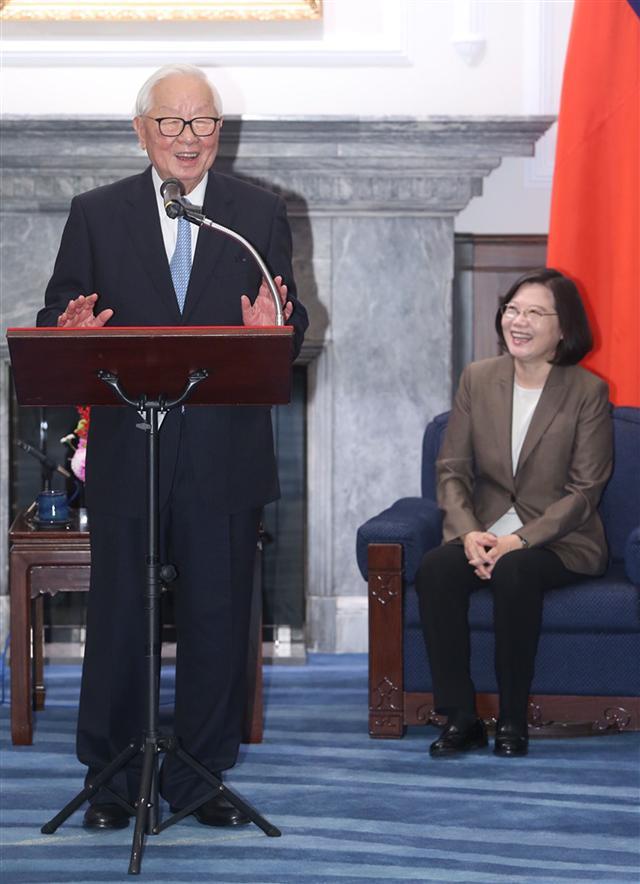 總統蔡英文(右)12日在總統府接見107年第26屆亞太經濟合作會議(APEC)領袖代表張忠謀(左)。(中央社)