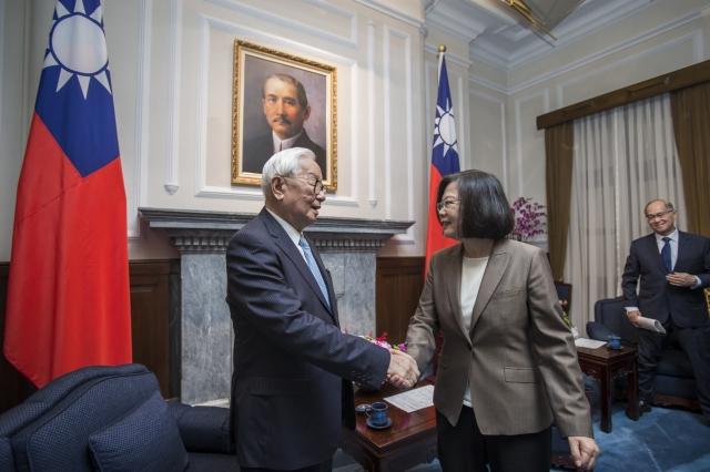 亞太經濟合作會議(APEC)行前,總統蔡英文(右)在總統府接見我國領袖代表張忠謀等一行人。
