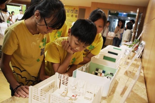 小學生觀看設計模型(新北市政府教育局提供)