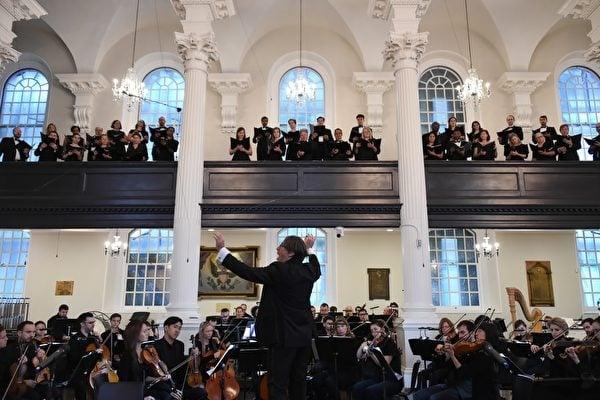 紐約華爾街三一教堂的音樂總監朱利安·瓦赫納(Julian Wachner)正在指揮一場晚間音樂會。(華爾街三一教堂提供)
