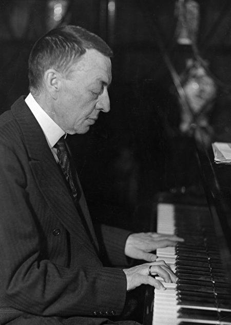 謝爾蓋·拉赫瑪尼諾夫1935年在演出中。(Hulton Archive/Stringer/Getty Images)