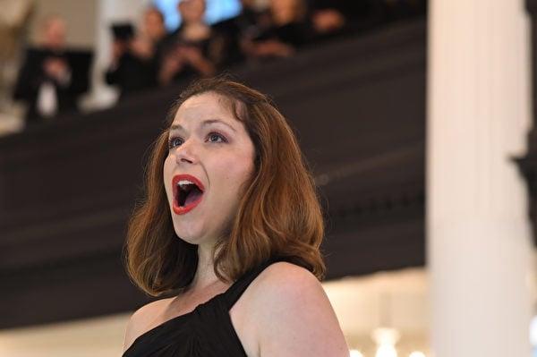 歌唱家柯琳‧達莉(Colleen Daly)在紐約華爾街三一教堂的晚間系列音樂會上演唱。(華爾街三一教堂提供)