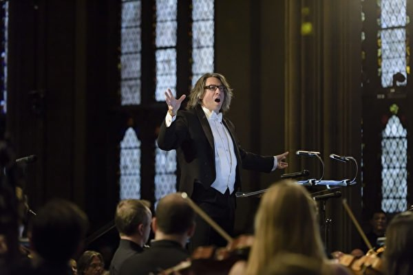 紐約華爾街三一教堂的音樂總監朱利安·瓦赫納(Julian Wachner)正在指揮一場晚間音樂會。(華爾街聖三一教堂提供)