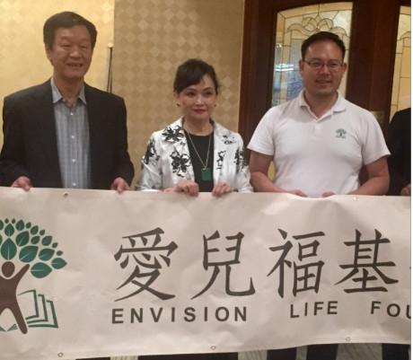 林佳宏(右一)成立愛兒福基金會翻轉孩子一生。左起李恩慶、林慧懿。(記者袁玫/攝影)