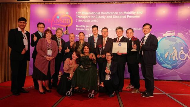 北觀處榮獲Svayam Accessibility Awards 2018最佳無障礙觀光景點獎,觀光局副局長張錫聰代表出席領獎(右4),北觀處處長張振乾(右3)。(北觀處提供)