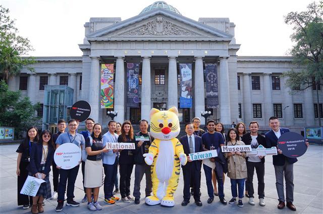 臺博館館長洪世佑帶領國際導覽員與TED大使相見歡。(臺博館提供)
