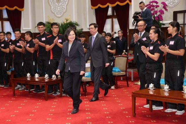 總統蔡英文(前)19日上午在總統府接見我國參加2018世界室外拔河錦標賽代表團,肯定選手們的傑出表現。 (中央社)