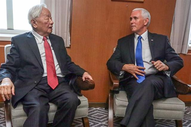 APEC代表張忠謀(左)與美國副總統彭斯(右)進行會晤。(外交部提供)