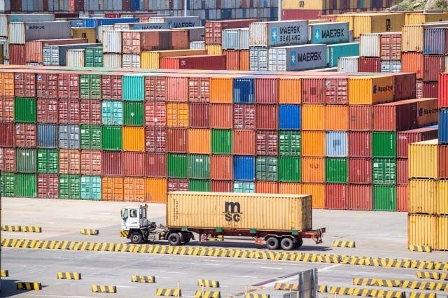 研究顯示,美國對2,500億美元的中國商品徵收關稅,對美國消費者及商家的影響有限。圖為上海港口。(JOHANNES EISELE/AFP/Getty Images)