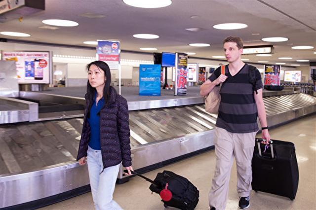 父親在中國被海關攔下,王曉丹夫婦回到美國時難掩悲傷。(記者戴兵/攝影)