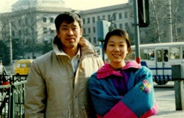 在女兒眼中爸爸永遠是最帥的。圖為法輪功學員王治文(左)和女兒王曉丹。(大紀元)